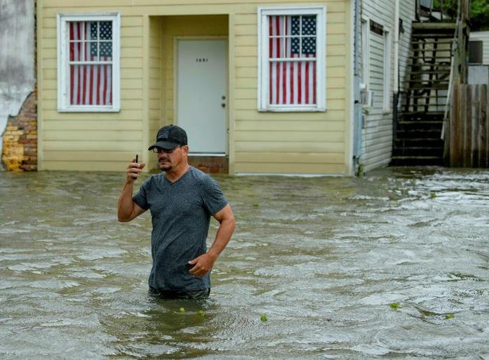 Un vecino de Mandeville, Luisiana, este sábado mientras Barry se aproximaba.