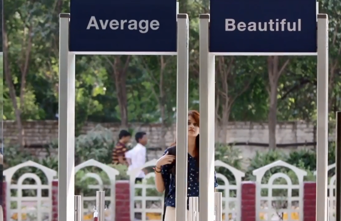 Mujer en Delhi en la entrada de un centro comercial, para campaña de Dove