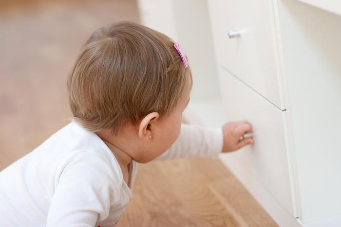 Bebé abre gaveta