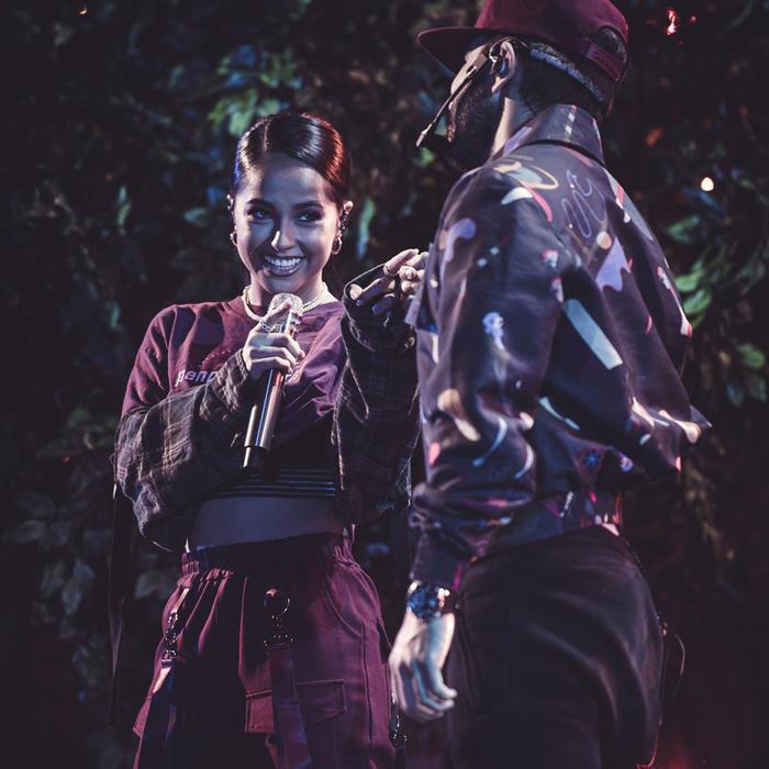 Becky G ensayando con Joss Favela