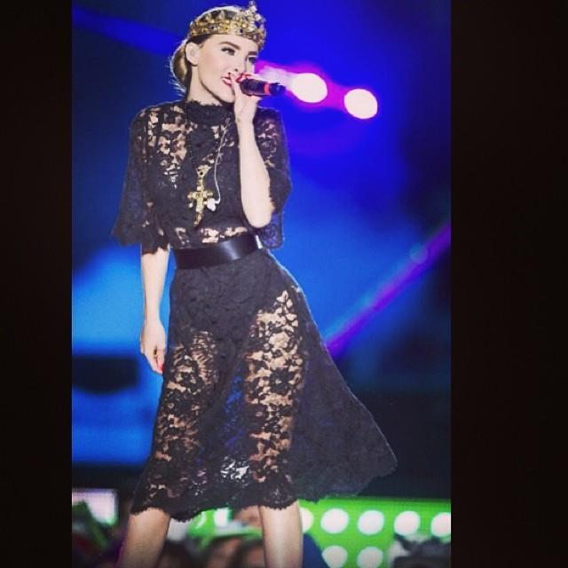 belinda cantando en concierto