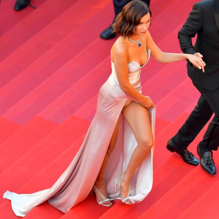 Bella Hadid sufre falla de vestuario y deja ver su ropa interior