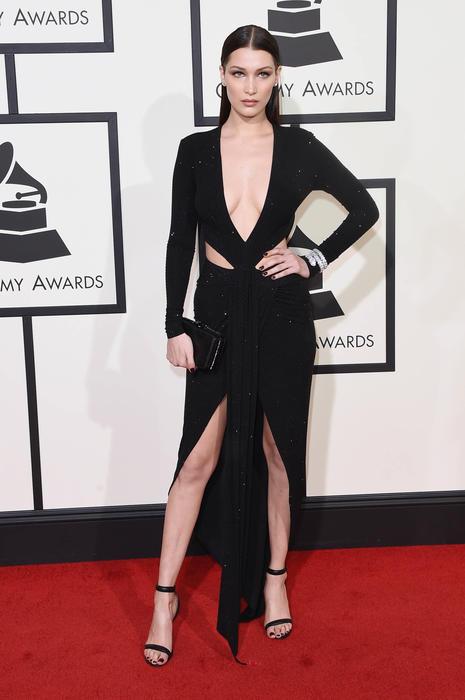 Bella Hadid en la alfombra roja de los premios Grammy 2016