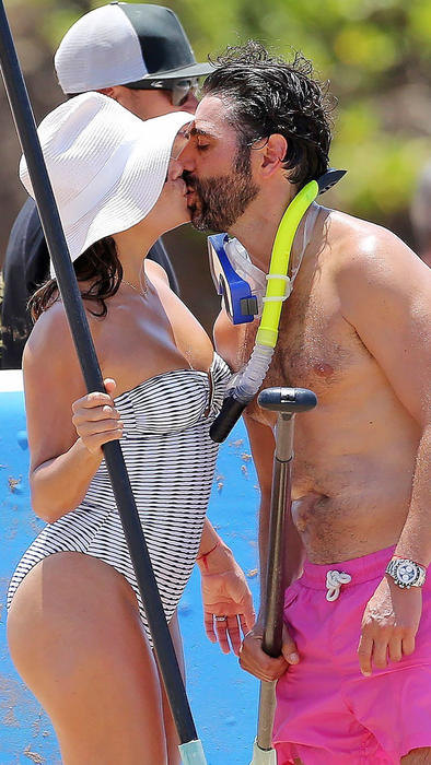 Eva Longoria y Pepe Bastón se besan