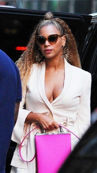 Beyonce cubriendo su estómago
