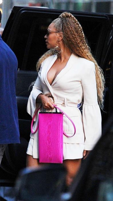 Beyonce cubriendo su estómago con bolsa