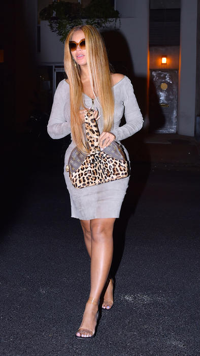 Beyoncé con un vestido de gamuza