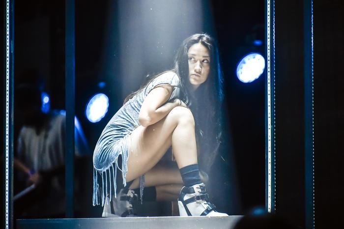Una bailarina ensayando antes de los Premios Billboard 2015