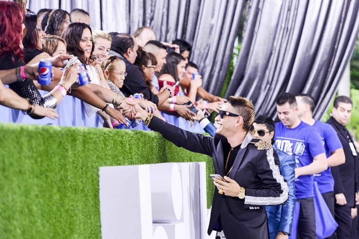 Plan B con sus fans en la alfombra de Premios Billboard 2015