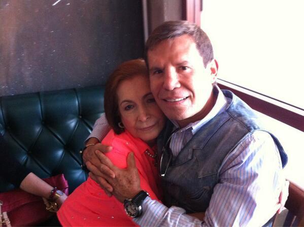 Julio César Chávez abrazando a su mamá