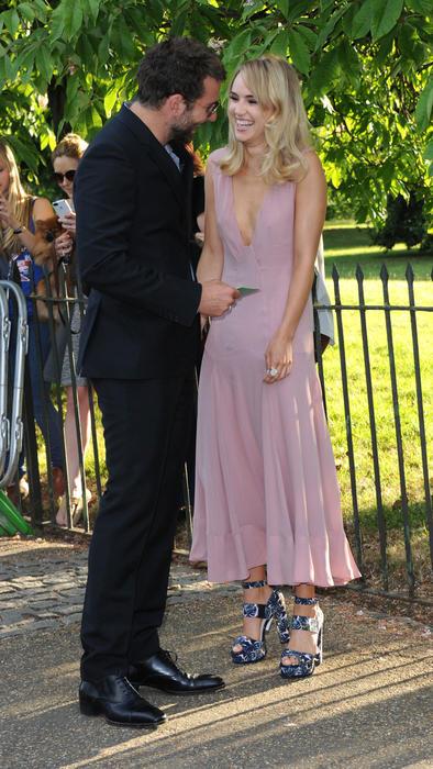 Bradley Cooper y Suki Waterhouse en Serpentine Gallery Summer Party 2015