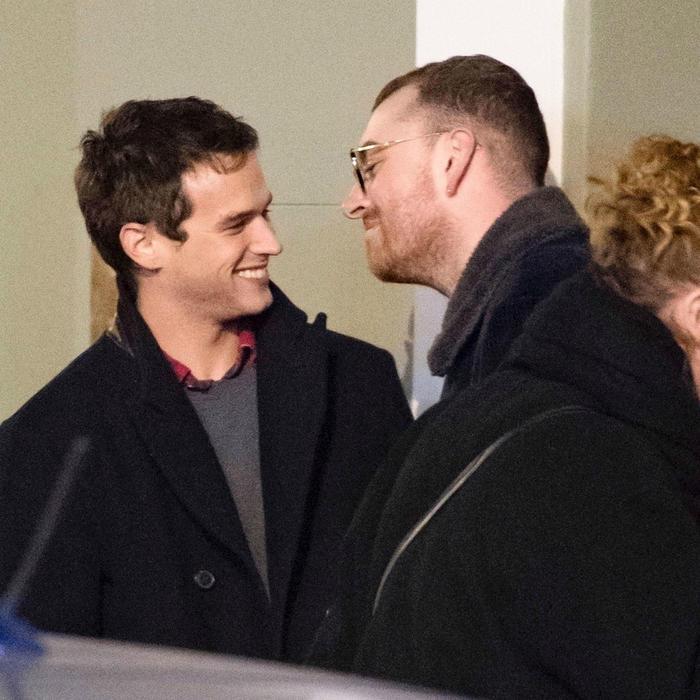 Captan a Sam Smith y a su novio Brandon Flynn dándose un beso apasionado (FOTOS)