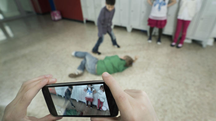 Niños grabando bullying