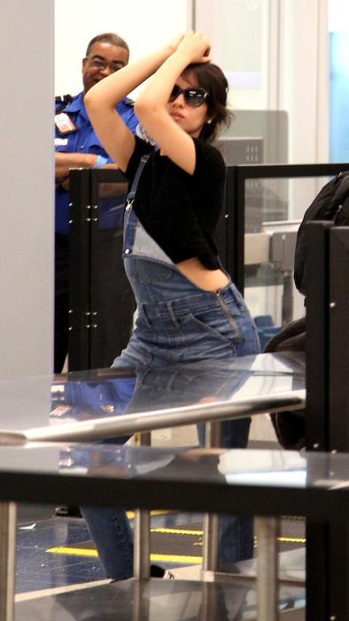 Camila Cabello posando para los paparazzi
