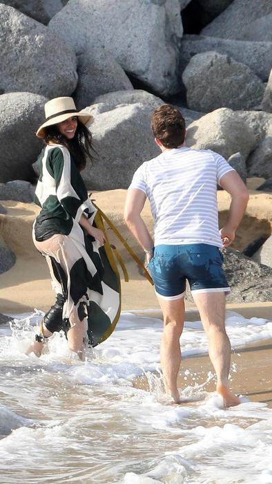 Camila Cabello jugando con Matthew en la playa