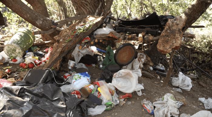 Un campamento cerca de cultivos ilegales de marihuana en un parque de California