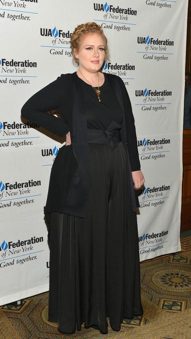 Adele con vestido negro de mangas largas
