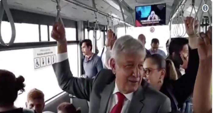 AMLO se sube al transporte público y bromea con la gente antes de llegar al Aeropuerto de la CdMx (VIDEO)