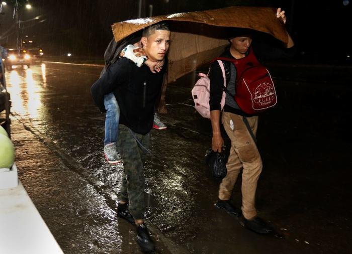 Nueva caravana de migrantes rompe cerco policial y cruza a Guatemala | FOTOS
