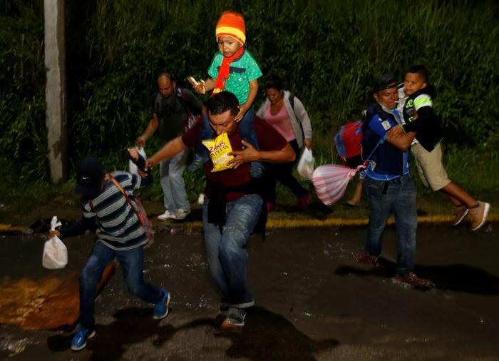 Nueva caravana de migrantes hondureños rompe cerco policial para cruzar a Guatemala