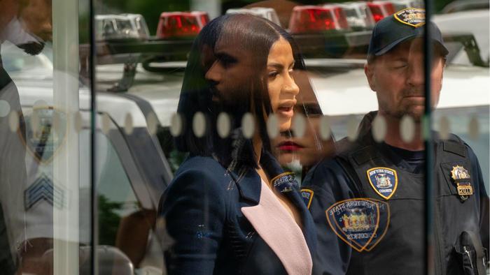 Cardi b en la corte de Nueva York con un policía