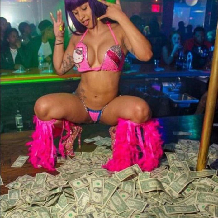 Cardi B haciendo striptease
