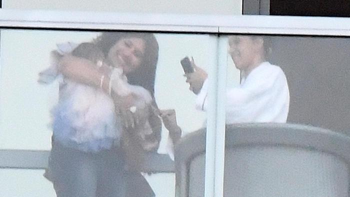 Cardi B tomando fotos a su bebé