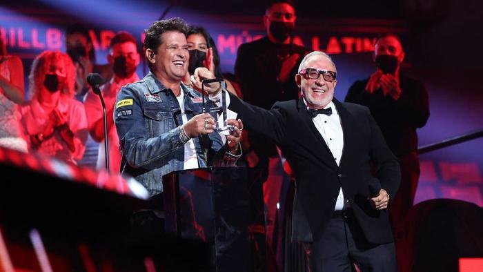 Premios Billboard 2020: Carlos Vives recibe el Premio Billboard Salón de la Fama de manos de Emilio Estefan