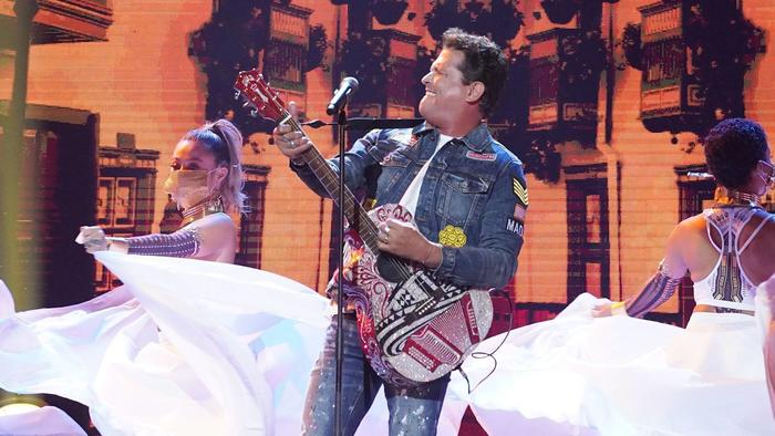 Carlos Vives cantando en los Premios Billboard 2020