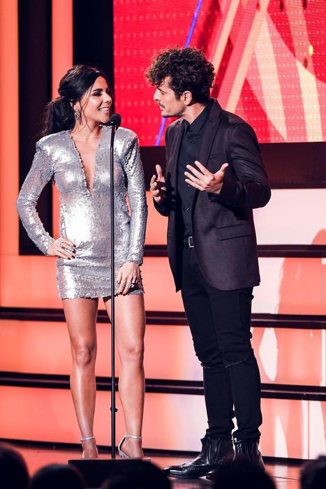 Carolina Gaitán y Tommy Torres, presentadores Premios Tu Mundo, 2016