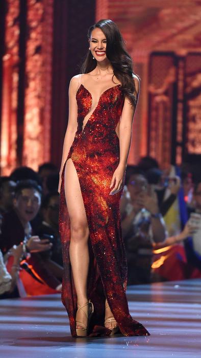 Catriona Gray con su vestido rojo