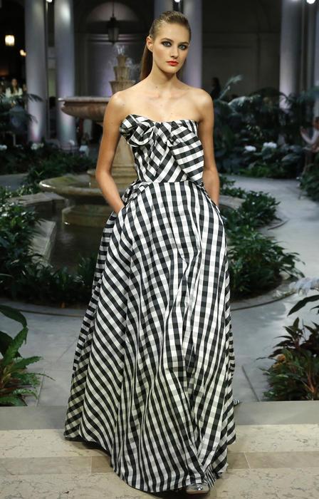 Modelo en el desfile de Carolina Herrera en New York Fashion Week 2016