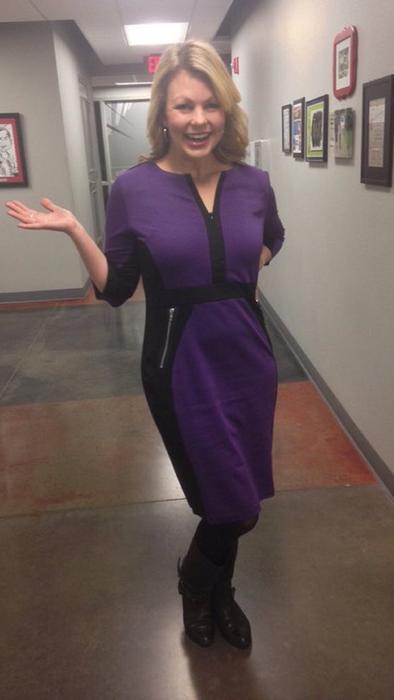 Channing Barker con vestido morado