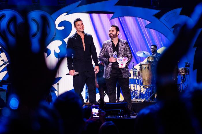 Ricky Martin recibe el premio Corazón Latino de iHeartRadio de manos de Enrique Santos.