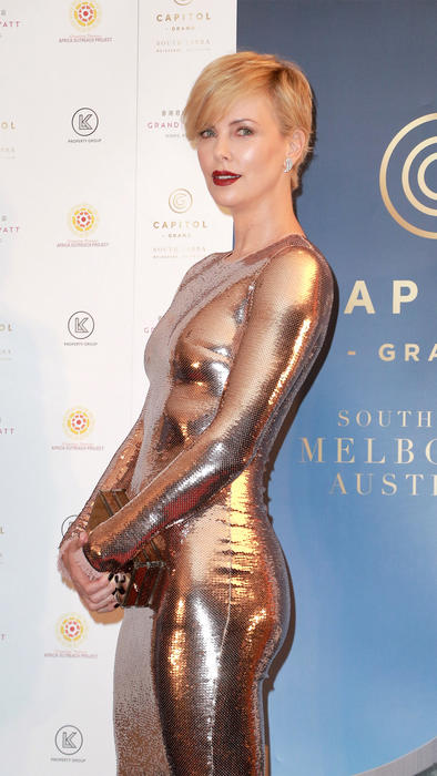Charlize Theron deslumbró a todos con un sexy vestido metálico