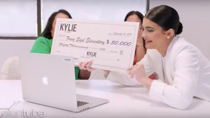 Kylie Jenner entrega cheque