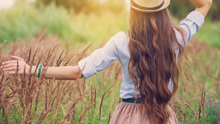 Chica con cabello largo, afuera en un jardín