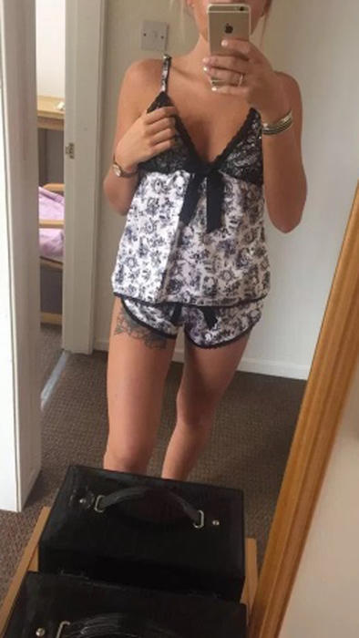 Chica tomándose una foto en pijama frente al espejo