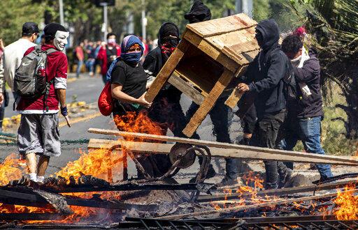 Una imagen de las protestas tomada este sábado en Santiago de Chile.