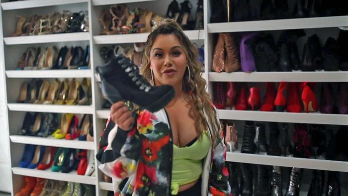 Chiquis Rivera en su armario con sus botines favoritos