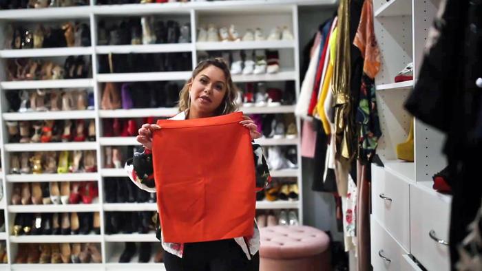 Chiquis Rivera en su armario con su falda favorita