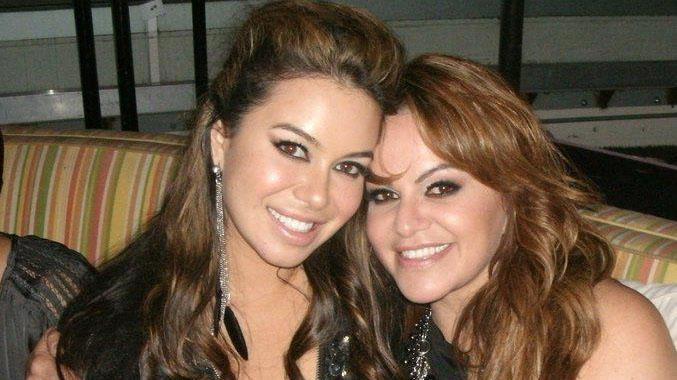 Chiquis y Jennifer Rivera abrazadas, en una foto del album familiar