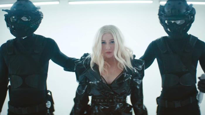 "Christina Aguilera en ""Fall in Line"""