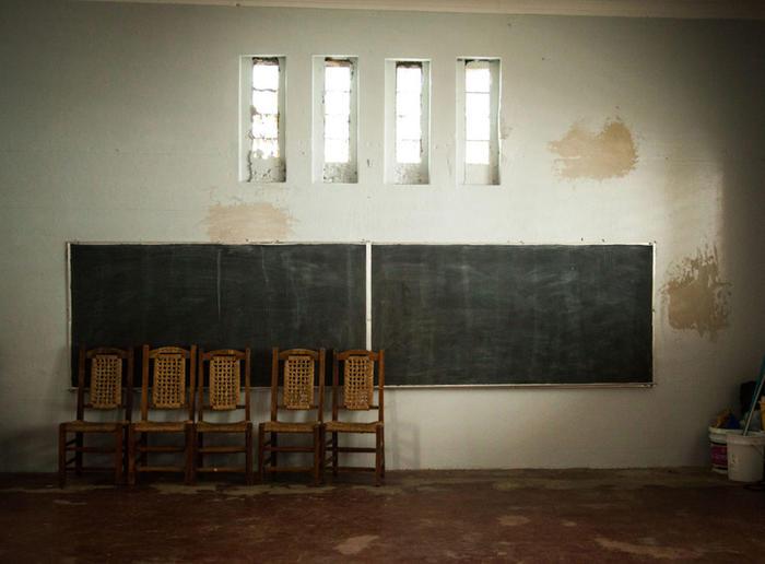 Sillas frente a un pizarrón en una de las aulas vacías de la escuela Goyco en San Juan.
