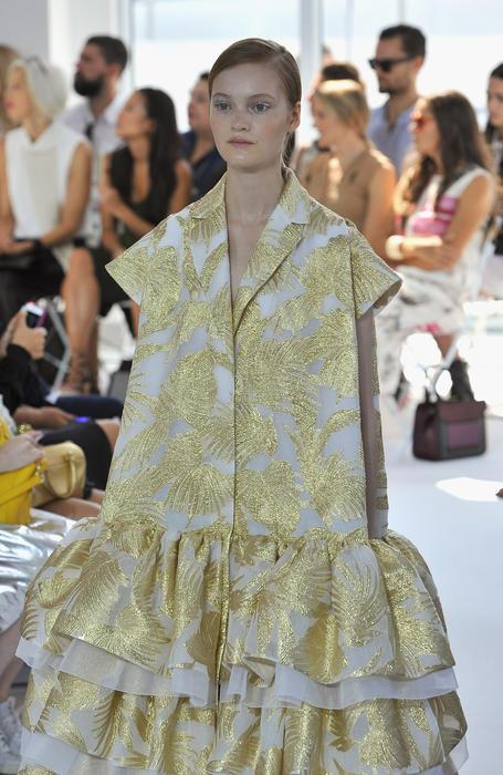 modelo camina en la pasarela de delpozo durante la semana de la moda en nueva york