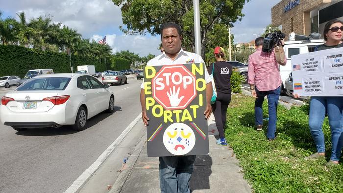 José Antonio Colina, exmilitar y presidente de la organización de venezolanos exiliados Veppex, protesta en Miami a mediados de diciembre para pedir la liberación de unos 400 connacionales presos en cárceles de ICE.