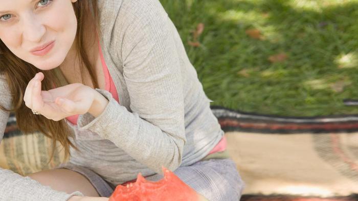 Mujer comiendo sandía