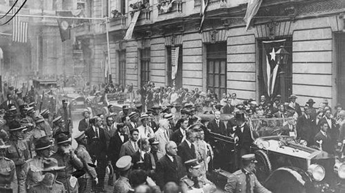Coolidge se traslada entre la multitud por las calles de la Habana