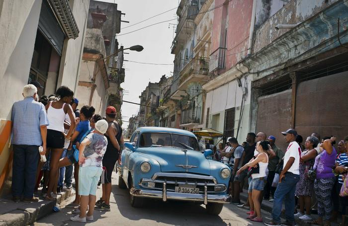 Personas en fila para comprar alimentos en un mercado estatal de La Habana, el 11 de mayo de 2019