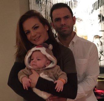 Silvia Navarro junto a su hijo León